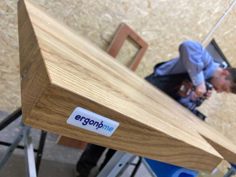 Biurko elektryczne z drewnianym blatem