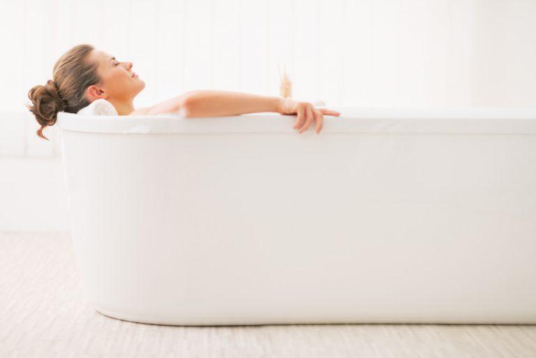 gorąca kąpiel naplecy