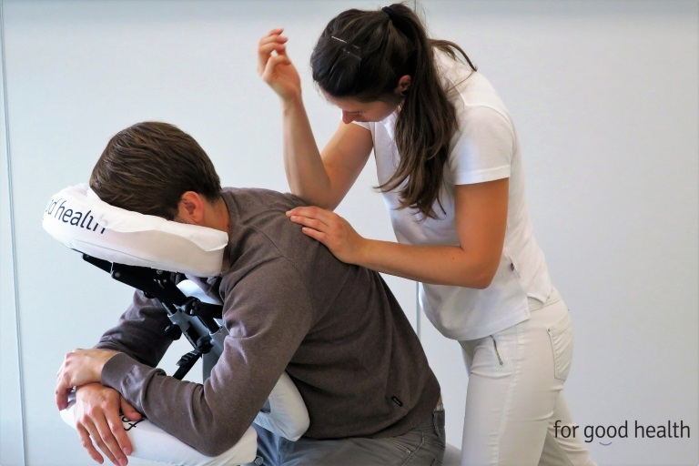 masaż wbiurze dla pracowników łagodzi dolegliwości